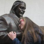 Тернопільська студентка щодня вітається з пам'ятником