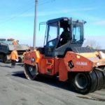 Тернопільські шляховики не лише ремонтують дороги, а й впорядковують узбіччя
