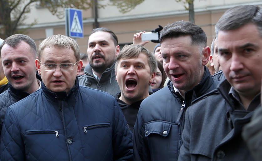 По середині кричить Іван Сороколіт, однин із трьох депутітів, яких виключили зі Свободи