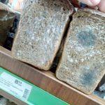 Те, що продають у тернопільському супермаркеті, уже і хлібом назвати важко (фото)