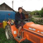 Викладачка вокалу з Тернопільщини постійно носить рукавиці, бо обробляє 20 гектарів землі