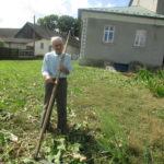 Найстарший житель cела 51 рік облагороджує територію будинку культури задля молодих
