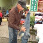 Житель Тернопільщини дуже оригінально використовує старі штани (фото)