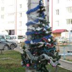 Ялинку у Тернополі прив'язали до електричного стовпа (фото)