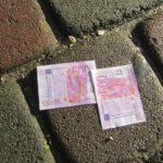 У Тернополі хтось викинув з вікна пачку валюти (фото)