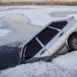 На Тернопільщині чоловіки переконалися, що машина – не підводний човен