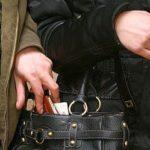Злодійка виштовхнула з тернопільської маршрутки пасажирку, яка помітила, що та намагається вкрасти