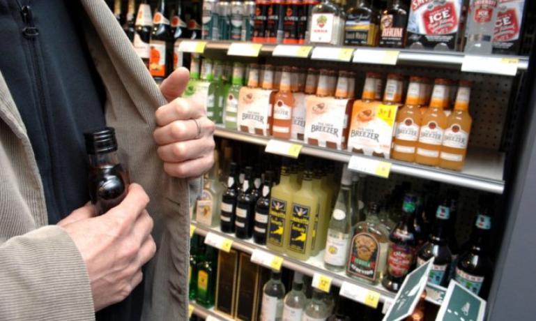 На одній з франківських заправок чоловік випив недешевий алкоголь, й відмовився за нього розплатитись