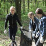 В Тернополі прибрали лісопосадку, до якої не доходять руки в комунальників (фото)