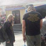 У Почаєїві серед паломників були десятки чоловіків у чорних футболках з написом «Приготовтесь к войне…»