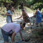 В халатах і з лопатами – у райцентрі Тернопільщини жінки ремонтують дорогу для чоловіків