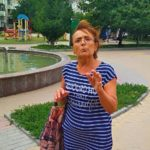 У Тернополі жінка дивної поведінки агресивно кидається на дітей (фото)