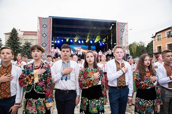 Степан Барна  Фестиваль «Борщівська вишиванка» допомагає відродити ... 5a51b3ec04436