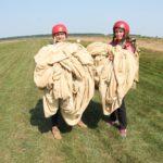 Заради улюбленої роботи відчайдушна тернополянка вперше стрибнула з парашутом (фото)