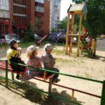 Тернополянка снідає з дітьми на вулиці