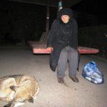 У Тернополі жінка-безхатченко годує собак за гроші з проданих пляшок