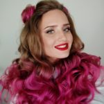 Дуже красива дівчина з рожевим волоссям презентує у Тернополі книжку про паркур