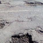 Тернополянка просить відремонтувати дорогу, яка нагадує мінне поле