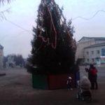 У райцентрі на Тернопільщині встановили не ялинку, а якесь посміховисько (фото)