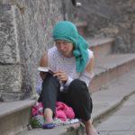 У райцентрі на Тернопільщині жінка три роки живе у дитячому наметі