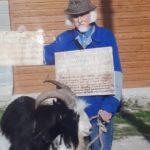 На Тернопільщині агітувати за відновлення справедливості чоловікові допомагає коза