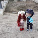 Райцентром на Тернопільщині гуляли дві закохані ляльки (фото)