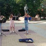 «Складаю гроші на подарунок мамі», – тернопільські студентки розповіли, чому стали вуличними музикантами