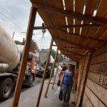 У Тернополі переносили вантаж підйомним краном над головами перехожих (відео)