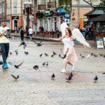 Тернополянка зробила експеримент – пройшлася по місту, вдягнувши крила (відео)